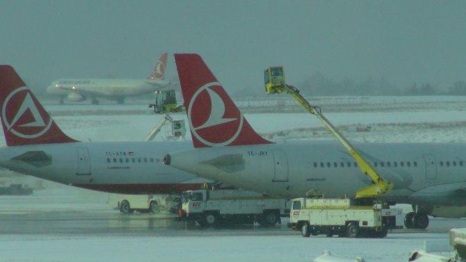 Uçaklar kalkış öncesi yıkandı