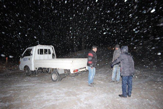 Kazdağları'nda Kar Yağışı Sürücülere Zor Anlar Yaşatıyor