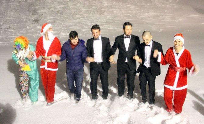 Uludağ'da Noel Baba'lı halayla yeni yıla girdiler
