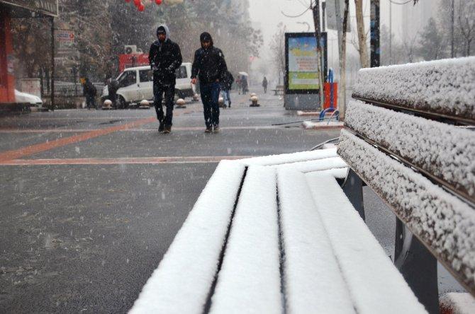 Batman'a yılın son günü de kar yağdı