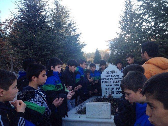 Pehlivanlar, Merhum Başpehlivan Elbeye'nin Mezarını Ziyaret Ettiler