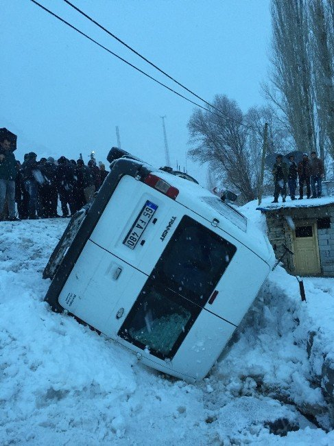 Minibüs Şarampole Yuvarlandı: 15 Yaralı
