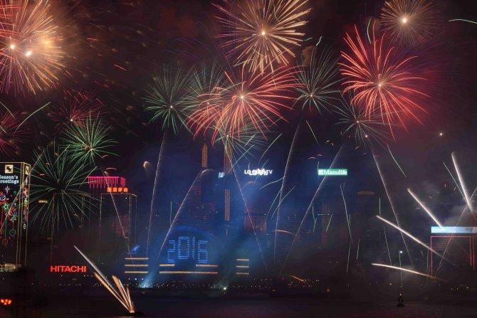 Hong Kong yeni yıla Victoria Limanı'nda atılan havai fişeklerle girdi