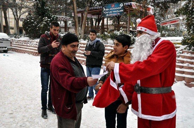 Hem Noel Baba Kıyafeti Giydi, Hem De 'Kutlama Yapmayın' Diye Uyardı