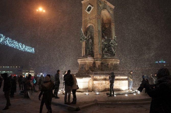 İstanbul'da kar yağışı gece de sürdü