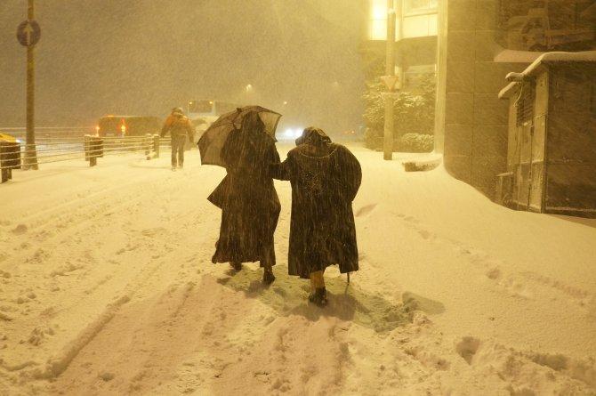 İstanbul'da kar etkisini artırdı, onlarca araç yolda kaldı