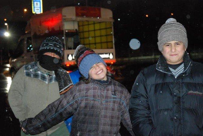 Kar Altında Dilenen Suriyeli Çocuklar Yürek Burktu