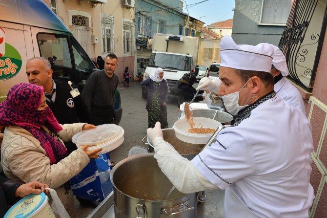 Emir Sultan Türbesi'nde ihtiyaç sahiplerine yemek dağıtımı
