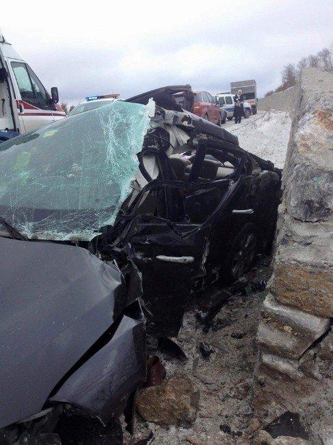 Yol Kenarındaki Duvara Çarpan Otomobil Hurdaya Döndü, 1 Yaralı