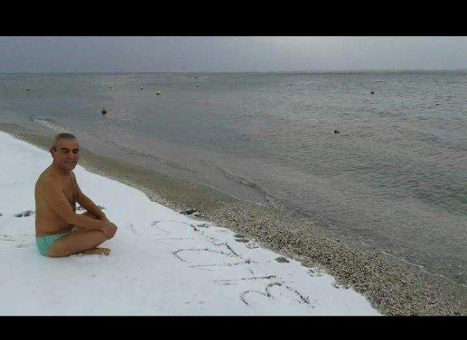 Yeni Yılı Kar Altında Denize Girerek Kutladı
