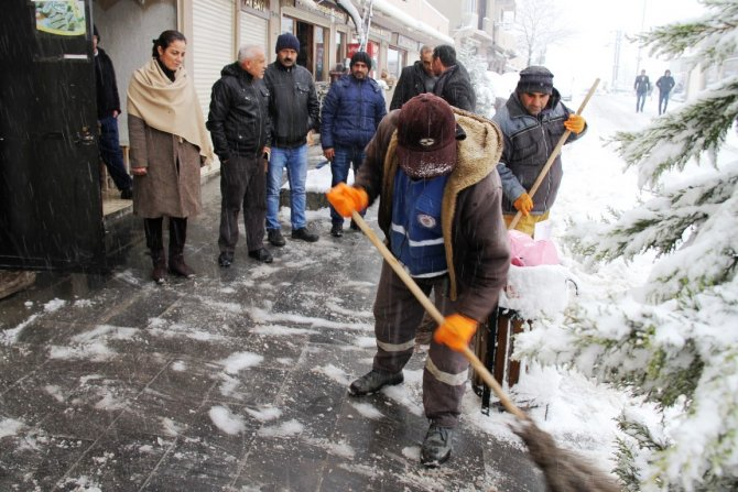 Kar temizleme çalışması sürüyor