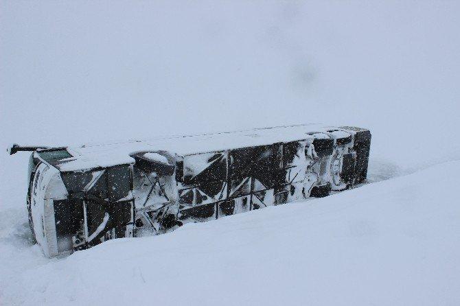 Yolcu Otobüsü Şarampole Devrildi: 6 Yaralı