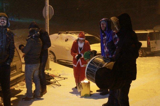 Uludağ'da Noel Babaya Ateş Başında Çiftetelli Oynattılar