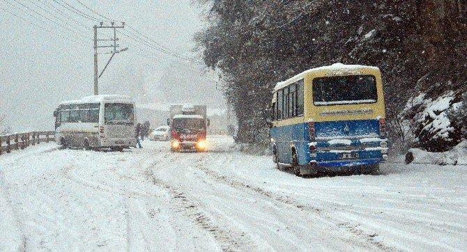 Sürücüler Kar Nedeniyle Yolda Mahsur Kaldı