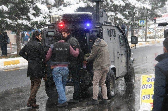 Diyarbakır'da Polise Eyp'li Saldırı: 4 Polis Yaralı