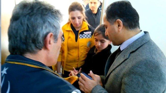 Akıllı Tahtaya Parmağı Sıkışan Öğrenciyi İtfaiye Kurtardı
