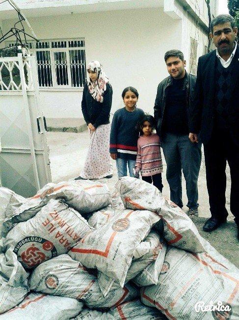Suriyeli Aileler Devletin Dağıttığı Kömürler İle Isınıyor