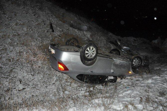 Otomobil Buzlu Yolda Takla Attı, 2 Yaralı