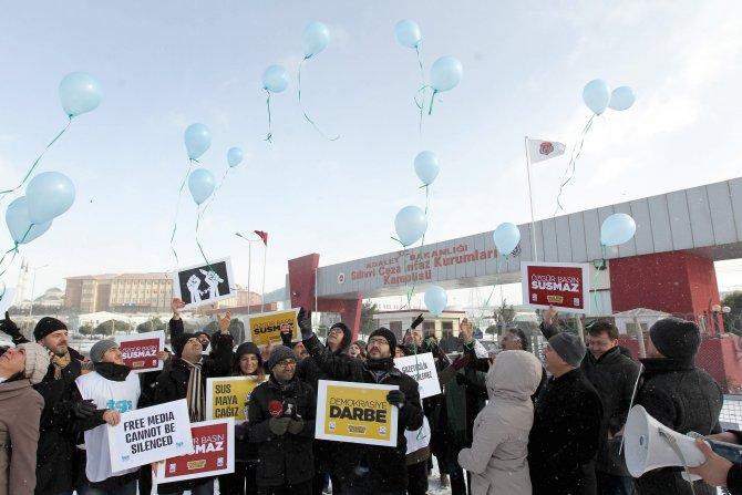 Gazeteciler, tutuklu meslektaşları için gökyüzüne balon uçurdu
