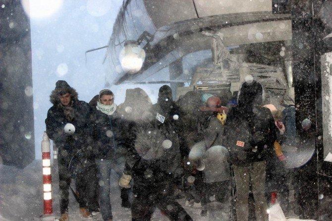 Vatandaşlar Yeni Yılı Kutlamak İçin Uludağ'a Akın Ediyor