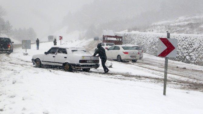Zonguldak'ta hastane yolu kapandı; ambulans ve araçlar mahsur kaldı