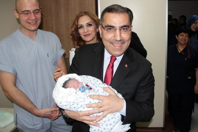 Yılın İlk Bebeğine Belediye Başkanından Altın