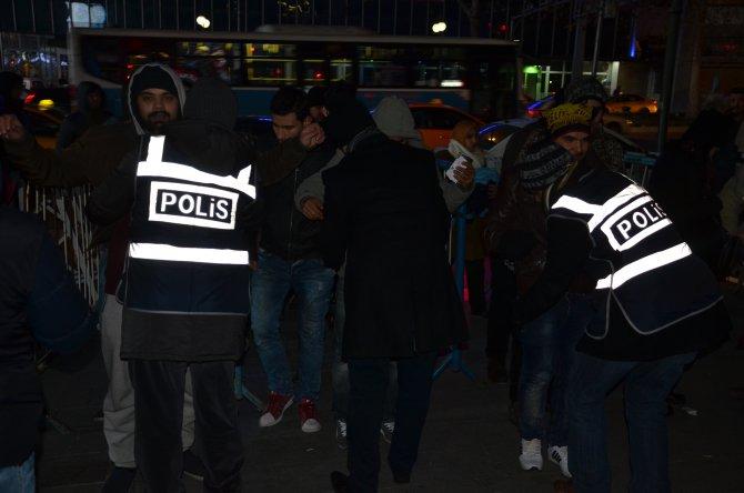 Ankara'da meydan boşalmasının ardından polisler selfie çektirdi