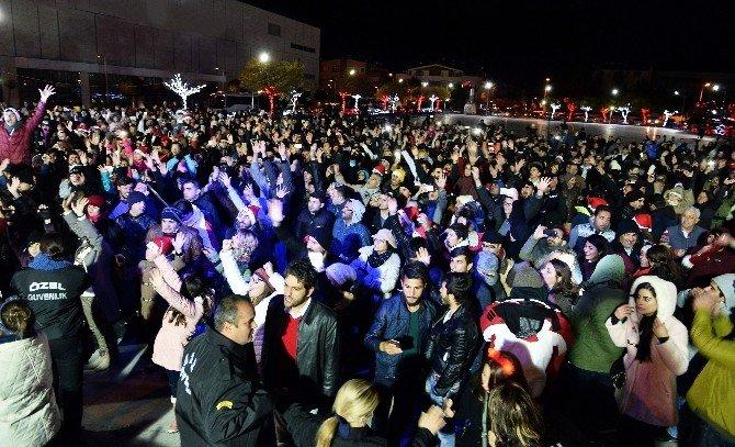 Antalya Yeni Yıla Suni Kar Altında Girdi