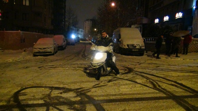 Yeni yılı motosikletiyle spin çekerek karşıladı