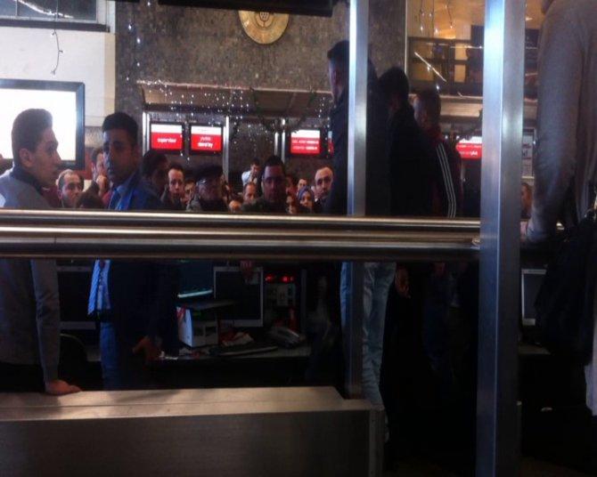 Yolcular, havalimanında kontuarı işgal etti
