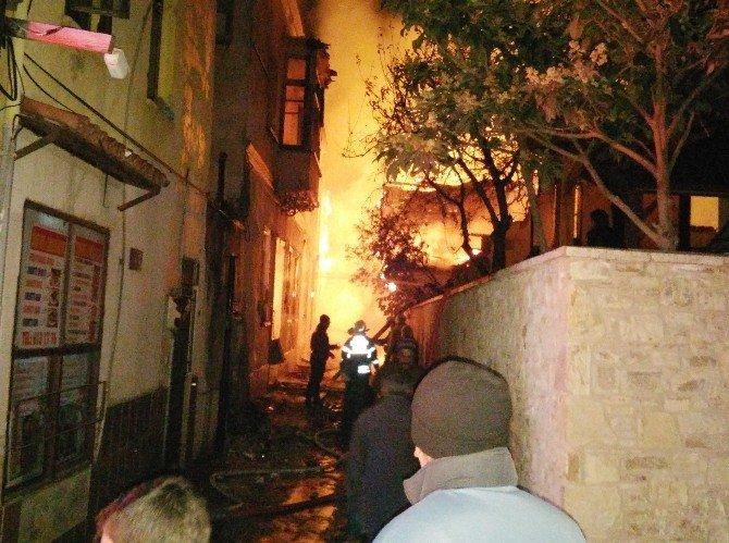 Kuşadası'nda Yangın 12 Tarihi Evi Kül Etti