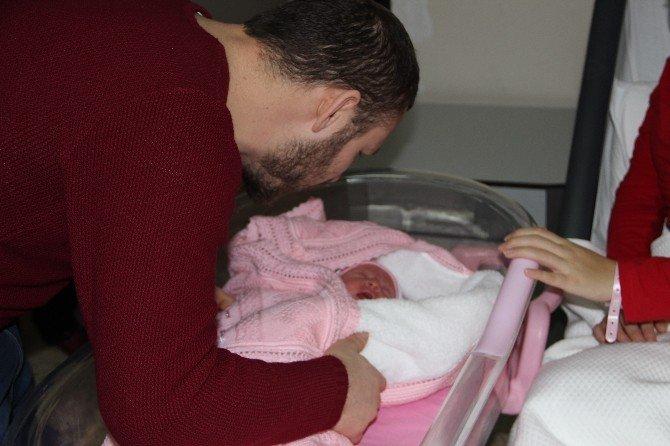 İstanbul Valisi Şahin, Yılın İlk Bebeklerine Altın Taktı