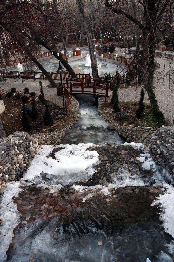 Kuğulu Park'ta yaşayan kuğuların üzeri aşırı soğuktan buz tuttu