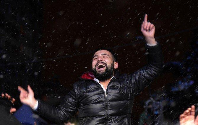 İstanbullular, Hande Yener Şarkılarıyla Yeni Yıl Coşkusunu Yaşadı