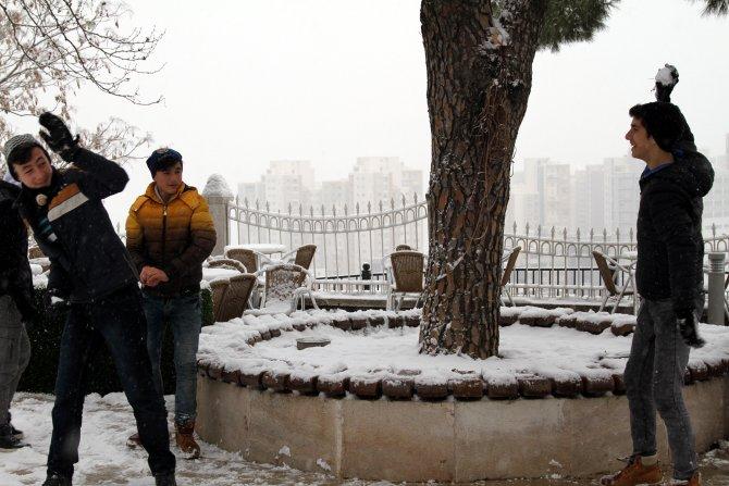 Bursalı çocuklar, karda 'timsah yürüyüşü' yaptı