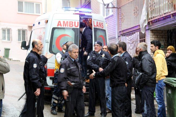 112'ye döner bıçağıyla saldırdı, kelepçelenerek hastaneye götürüldü