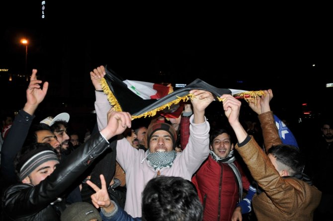 Cumhuriyet Meydanı'na toplanan sığınmacılar yeni yıl kutlaması yaptı