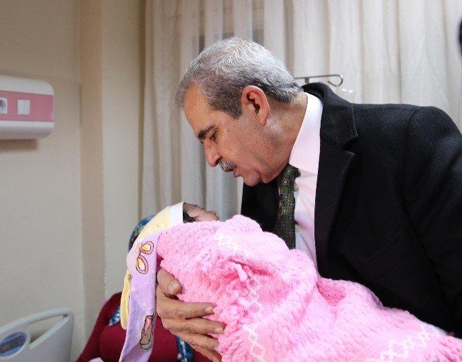 """Başkan Demirkol'dan Yeni Yılın İlk Bebeğine """"Hoş Geldin"""" Ziyareti"""
