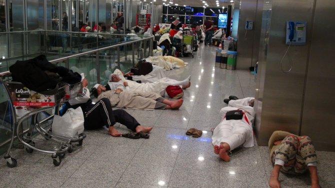 Atatürk Havalimanı'nda kar esareti