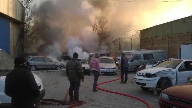 İzmir'de Yılın İlk Günü 11 Araç Yanarak Hurdaya Döndü
