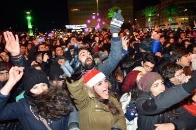 İzmir Yeni Yıla Athena İle Girdi