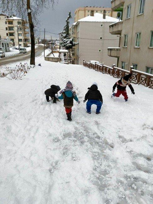 Kar Yağışı En Çok Çocukları Sevindirdi