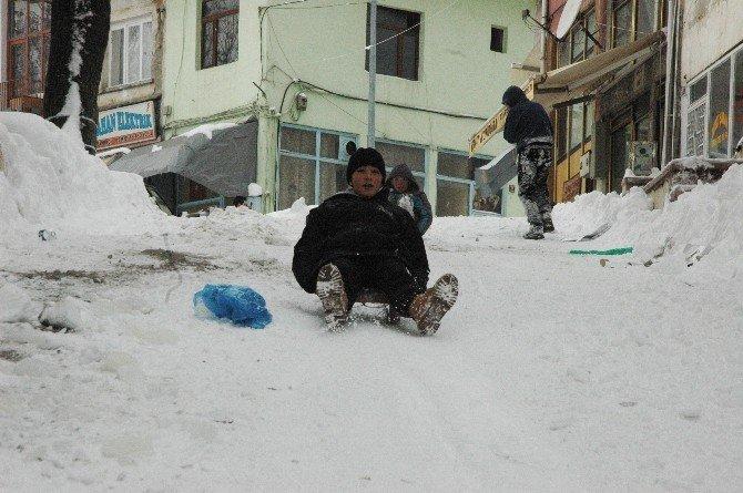 Kar Yağışı Hem Büyüklere, Hem De Çocuklara Eğlence Oldu