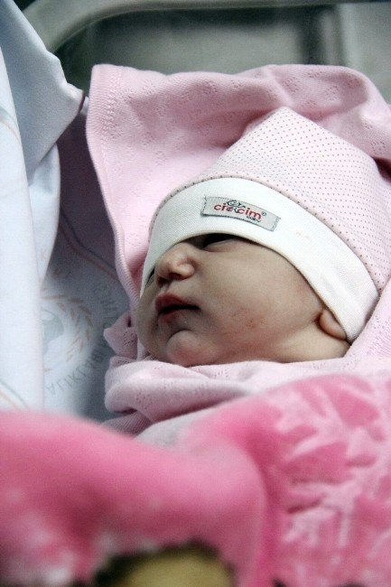 Kayseri'de 2016 Yılının İlk Bebeğine Damla Adı Verildi