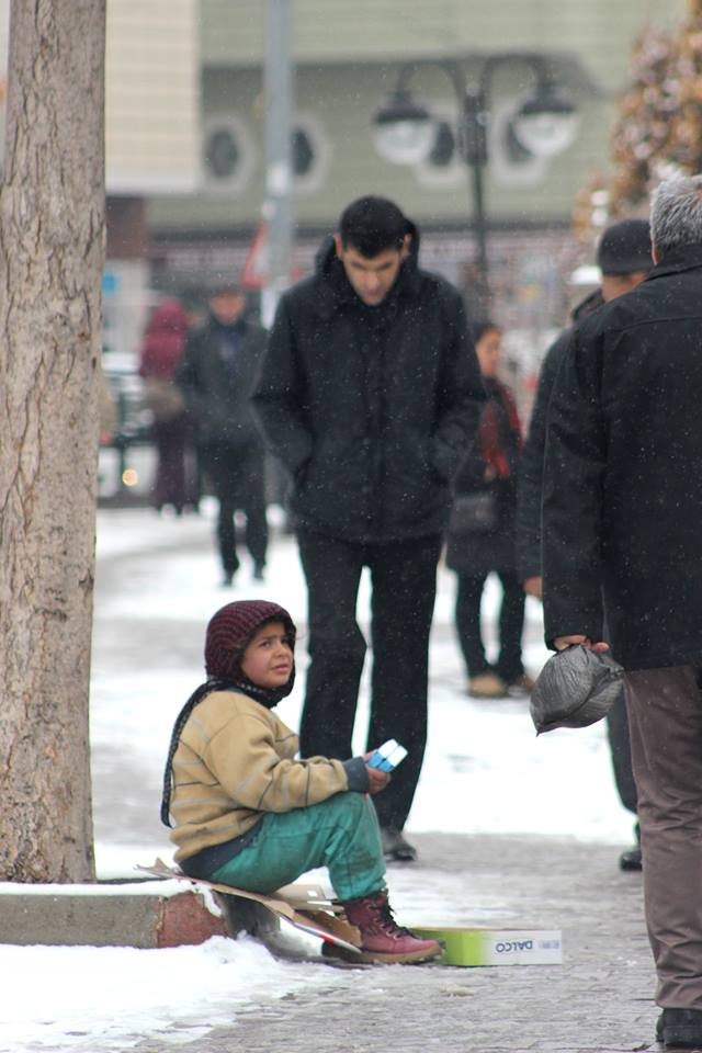 Tek eldivenli Suriyeli çocuğun soğukla imtihanı
