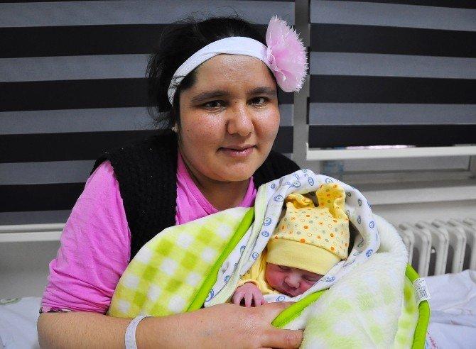 Manisa'da 2016'nın İlk Bebeği Doğdu