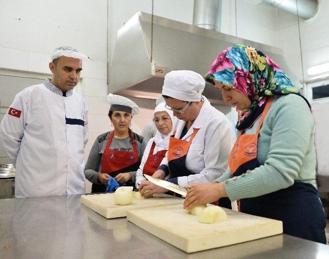 Muratpaşa Belediyesi Mest Aşçılık Öğrencileri Aşevi'nde Yemek Pişirdi