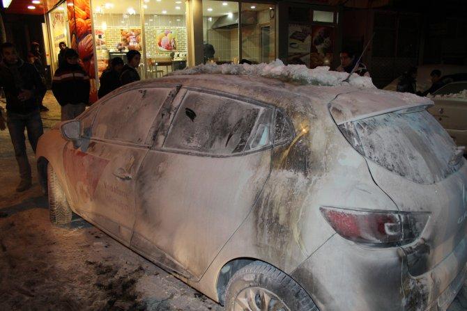 Örgüt yandaşları, içinde kadın ve çocuk bulunan aracı ateşe verdi