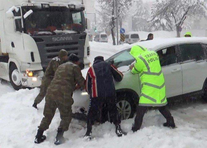 Yolda Kalan Araçların İmdadına Asker Ve Polis Yetişti