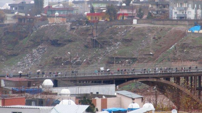 Cizre'de gıda stoku tükendi, halk beyaz bayraklarla ilçeyi terk ediyor